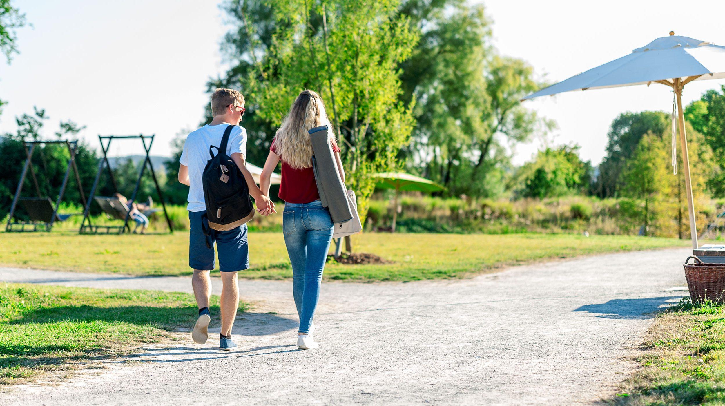 Junges Paar auf dem Weg der LGS Freyung